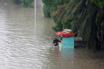 کراچی میں بارش کا نصف صدی کا ریکارڈ ٹوٹ گیا، 3 افراد جاں بحق
