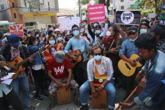 میانمار میںفوجی بغاوت کے خلاف ہزاروں افرادکا بینڈ باجوں سے انوکھا احتجاج