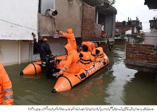 بھارت کی شمالی ریاست میں امدادی ٹیم سیلاب سے متعلق امداد فراہم کر نے میں مصروف