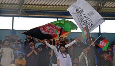 کابل میں کرکٹ میچ، تماشائی طالبان اور افغانستان کا پر چم لہراتے رہے